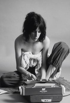 "Patti Smith, by Lynn Goldsmith. ""I don't consider writing a quiet, closet act: I consider it a real physical act. When I'm home writing on a typewriter, I go crazy. I move like a monkey. I've wet myself. I've come in my pants writing…. Patti Smith, Musica Punk, Lynn Goldsmith, Just Kids, Robert Mapplethorpe, I Go Crazy, New Wave, Post Punk, Cultura Pop"