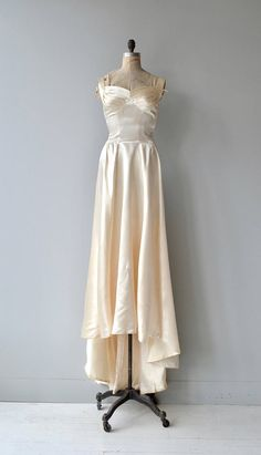 Amazing vintage 1940s candlelight silk satin wedding gown with fetching pleated bodice, wide set shoulder straps, fitted torso, dipped low back seam, long train and metal side zipper. --- M E A S U R E M E N T S ---  fits like: small bust: 32-34 waist: 26 hip: free length: 72 (with train) brand/maker: n/a condition: excellent  ✩ layaway is available for this item  To ensure a good fit, please read the sizing guide: http://www.etsy.com/shop/DearGolden/policy ...