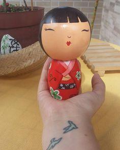 Kokeshi 😍  #nanekotoy #toyart #topodebolo #topodebolopersonalizado #topodebolodemadeira #personalizado #artesanal #bonecodemadeira #madeira #doll #topinhodebolo  #toy #handmade #design #art #love #geek #kokeshi