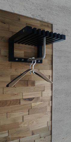 Garderobe væg i massiv 3D træbeklædning fra Wodewa. Sort cutter mini garderobe fra Trip Trap er påsat vægbeklædningen