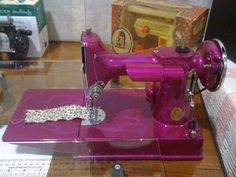A Pink Singer featherweight sewing machine! Sewing Spaces, Sewing Rooms, Sewing Crafts, Sewing Projects, Featherweight Sewing Machine, Sewing Machine Accessories, Modelista, Antique Sewing Machines, Sewing Studio