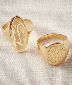 Reese Witherspoon just showed off a signet ring instead of her huge engagement diamond, and we liked the look. Try it out yourself with these cool monogrammed rings. Antique Jewelry, Gold Jewelry, Fine Jewelry, Jewellery, Reese Witherspoon, Engraved Rings, Signet Ring, White Gold Diamonds, Band Rings