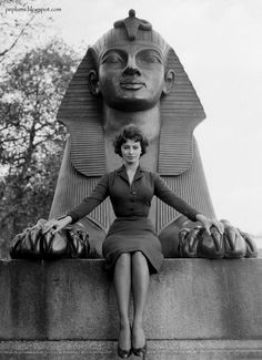 Sophia Loren in a publicity photo taken in 1954 in London at one of the two sphinxes near the obelisk next to the river Thames, probably in connection with her film 2 NIGHTS WITH CLEOPATRA (1954)