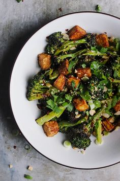 Roasted broccoli and crispy tofu bowls with a blood orange soy glaze are totally vegan and naturally gluten-free, and a great way to brighten up the winter. Tofu Recipes, Vegetarian Recipes, Dinner Recipes, Cooking Recipes, Healthy Recipes, Crispy Tofu, Baked Tofu, California Pizza Kitchen, Clean Eating