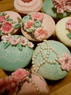 It's hard to believe that these are cupcakes! Sooooo pretty : )