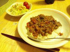 トマトドライカレーと、アボガドとエビのサラダ!  にんじんとたまねぎのみじん切りに時間かかる以外は楽なレシピでした( ̄∇ ̄*) 最初ごはんで食べて、あとナンとバゲットでも食べて美味しかった(^-^)v  アボガドは買ってすぐ使ったのでちょっと硬かったf(^^;
