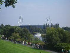 Das Weser-Stadion - mitten in der City mit Schiffsanleger. http://blog.bremen-tourismus.de/werder-und-der-brommyplatz/