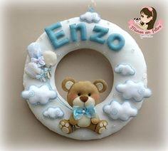 Guirlanda, urso segurando balões, nuvens, azul