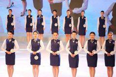 """Удивительный мир  Модельное агентство из Циндао недавно провело смотр девушек-студенток, которые мечтают стать стюардессами. Около тысячи конкурсанток приняло участие в кастинге в надежде заполучить выгодные контракты от спонсоров. По условиям организаторов участница должна быть """"элегантна, худа, обладать мягким голосом и не иметь шрамов на видимых частях тела"""". В Китае к стюардессам предъявляют высокие требования, так как эта работа считается одной из самых высоких по статусу в стране."""