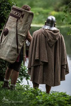 Roman legionaries, one wearing a cucullus (hooded cloak). Ancient Rome, Ancient Greece, Ancient History, Roman Armor, Roman Legion, Roman Era, Vikings, Live Picture, Roman Soldiers