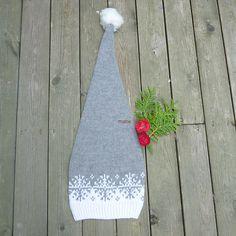 Ravelry: Langlue - nisselue/ Santa hat pattern by MaBe Christmas Santa hat : English and Norwegian pattern Knit Crochet, Crochet Hats, Holiday Hats, Baby Hat Patterns, Christmas Knitting Patterns, Santa Hat, Baby Hats, Baby Knitting, Christmas Ornaments