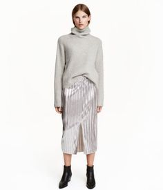 Calf-length, pleated skirt in soft fabric with a sheen. Narrow elastication at waist, slit at front, and raw-edge hem. H&m Fashion, Fashion Online, Fashion Outfits, Fashion Trends, Pleated Skirt, Sequin Skirt, Denim Pencil Skirt, Fall Wardrobe, Soft Fabrics