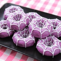 We made Spider Donuts from the video game Undertale! We made Spider Donuts from the video game Undertale! Source by momlovesbaking Halloween Donuts, Halloween Desserts, Halloween Torte, Pasteles Halloween, Soirée Halloween, Halloween Treats For Kids, Halloween Baking, Halloween Party Themes, Holidays Halloween