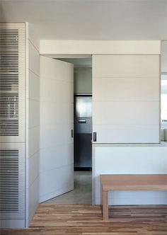 Em vez de paredes, portas de correr no apartamento - Casa