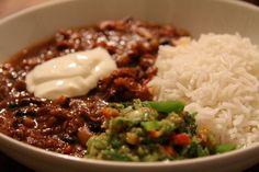 Ein schön langsam geschmortes Chili con Carne mit ganzen Fleischstücken und feurig rauchigem Aroma. Das Fleisch von Ochsenschwanz und Beinscheiben passen perfekt für ein Chili. Das Fleisch ist sehr geschmackvoll und eignet sich optimal zum Schmoren und wird immer besser je mehr Zeit man ihm gibt. Zusätzlich gibt das Knochenmark der Beinscheiben dem Ganzen ein wunderbares Aroma. Dazu noch herrlich lockerer Basmati und eine erfrischende Salsa.