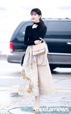 Miss A Suzy airport fashion at Incheon Airport Fashion Idol, Korean Girl Fashion, Kpop Fashion, Japanese Fashion, Fashion 2020, Indian Fashion, Fashion Beauty, Fashion History, Ladies Fashion