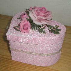 Scatola a cuore con rose rosa in pasta di mais