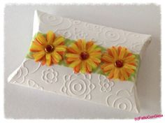 Simple pillow box, embellished with transparent paper by Heyda, and daisies made with the 'Paquerette' die from Kesi'Art. I that die cut! 3d Paper Projects, Paper Crafts, Diy Crafts, Gift Wrapping Bows, Scrap, Sample Box, Favor Boxes, Gift Boxes, Embossed Paper