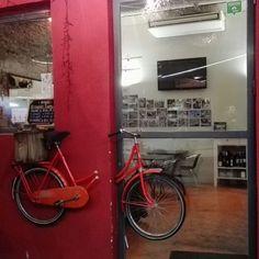 #InstagramELE #PrimeraVez  Hoy he ido por primera vez a este restaurante y la comida me ha gustado mucho. Está decorado con bicicletas ruedas y sillines de bici #ceaspring17b #ceaspring17
