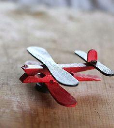 Vliegtuigen van knijper en ijsstokjes