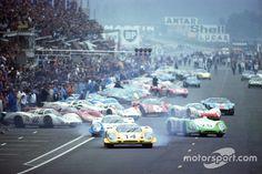De laatste echte Le Mans-start: Rolf Stommelen, Porsche 917, aan de leiding, gevolgd door Vic Elford's en Jo Siffert's Porsches LeMans 1969