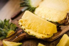 Sliced Pineapple on Chopping Board for muscle building diet Healthy Food Options, Healthy Fruits, Healthy Snacks, Healthy Eating, Healthy Recipes, Natural Protein Shakes, Eating To Gain Muscle, Best Muscle Building Foods, Lunge