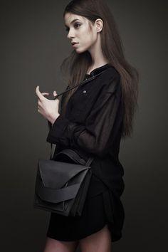 As bolsas estruturadas e cheias de camadas sobrepostas da designer húngara Linda Siető.
