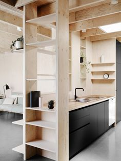 En esta casa podemos encontrar una combinación muy sutil de madera y concreto que provoca un ambiente de relajo. Al dejar la madera de su color natural y el concreto sin tratarlo, el lugar se sient…