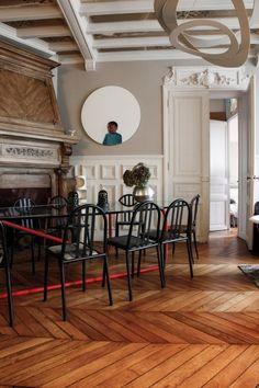 The Socialite Family - Salle à manger parisienne - #deco #design #home #diningroom #livingroom #chair #wood #black #white #red #thesocialitefamily