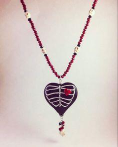 4e1268bbf166 Collar de corazón con calaveras y huesos hecho y pintado a mano. Hecho en  México Disponible en Piezas Del Mal Corazón.