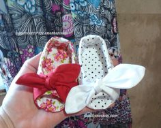 tip toe amarradinho Baby Doll Shoes, Cute Baby Shoes, Doll Shoe Patterns, Baby Shoes Pattern, Baby Sewing Projects, Sewing For Kids, American Girl Doll Shoes, Baby Doll Accessories, Baby Boots