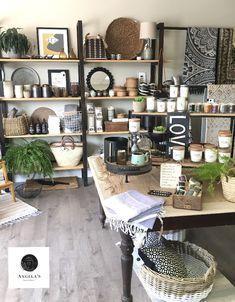 Gift Shop Interiors, Flower Shop Interiors, Garage Boutique, Boutique Decor, Small Store Design, Retail Store Design, Small Boutique Ideas, Gift Shop Displays, Store Layout