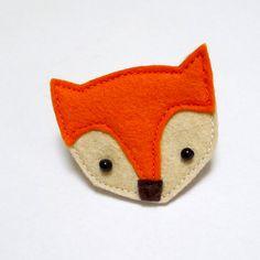 Boche en feutrine entièrement réalisée à la main.    taille de la broche : 4x5 cm  Parfait pour petit cadeau ou cadeau dinvité  livré avec un carton de