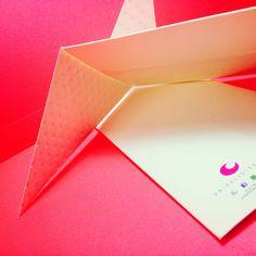 Sobres Solapa Angulada diseño en troquel con papeles finos
