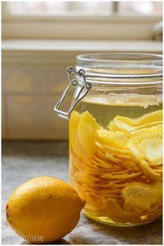 レモンピールのほろ苦い味わいに、シロップがたっぷりと加わった甘味の強いリキュールです。