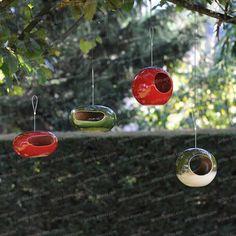 Mangeoire à oiseau Rétro et Déco ! Ajoutez une touche vintage à votre jardin, en suspendant ces magnifiques mangeoires en céramique . De formes rondes...