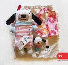 Set de nacimiento o regalo para bebé  incluye 5 piezas: Perrita Pierina - sonajero Pierina - babero algodon y towel - babita algodon y toalla y bolsa de algodón   porta-objetos del bebé, pañalera o bolsa portajuguetes.  100% algodón - bordado a mano.  #MiTiendaNube #DiaDelNiño