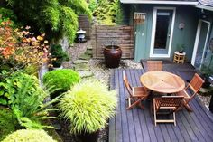Small Backyard Gardening Ideas With Wooden Deck And Patio - Patio Garden Design Ideas Small Gardens Landscape Design Small, Small Garden Landscape, Small Backyard Design, Small Backyard Gardens, Backyard Garden Design, Small Space Gardening, Small Patio, Garden Spaces, Small Backyard Landscaping