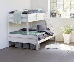 Poschodová posteľ so širším spodným lôžkom Beach House Bedroom, Baby Bedroom, Home Bedroom, Kids Bedroom, 3 Bunk Beds, Bunk Bed Rooms, Kid Beds, Tiny House Cabin, Home Decor