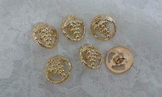 Botão uva dourado  Tamanho 15mm de altura x 15mm de largura.  Pacote com 06 unidades. R$ 5,00