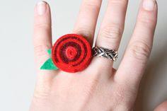 rolled felt pendants and rings Soft Sculpture, Sculptures, Felt Crafts, Diy Crafts, Diy Rings, Felt Art, Wool Felt, Deco, Pendants