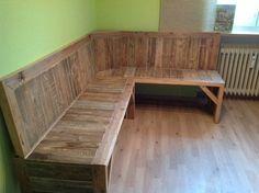 Pallet Corner bench - My Easy Woodworking Plans Pallet Furniture Bench, Bedroom Furniture Redo, Pallet Sofa, Rustic Furniture, Diy Furniture, Diy Bench, Furniture Showroom, Corner Furniture, Furniture Stores