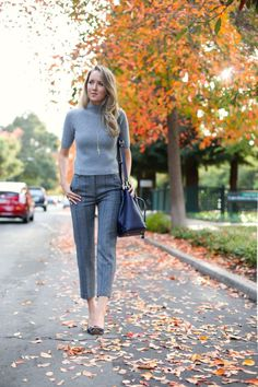 Beautiful Office Outfits With Cropped Pants For Early Fall Ideas 08 Nyc Fashion, Office Fashion, Work Fashion, Latest Fashion Trends, Autumn Fashion, Classy Cubicle, Turtleneck Outfit, Grey Turtleneck, Ribbed Sweater