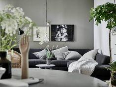 Scandinavian Home / Salon avec des plantes / Living Room with plants / Un intérieur scandinave tout en nuances de vert et de gris - FrenchyFancy