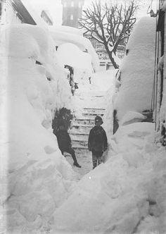 """Idag falt den første snøen i Bergen denne vinteren og jeg har derfor funnet frem dette bildet fra snøvinteren 1917. Vi ser """"Corps de Garde"""" i bakgrunnen, så det må være fra Klosteret. Barnene koste seg sikkert med all snøen. (Fotograf: Lauritz Bekker Larsen – UiB Billedsamlingen)."""