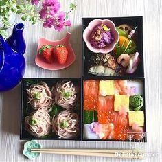 サーモンのピンクとイクラのオレンジを強調したお寿司が、お蕎麦や焼き物の中で、ひときわあざやかです。