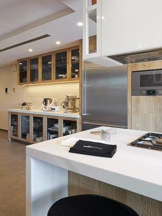 Molins Interiors // arquitectura interior - interiorismo - decoración - cocina - kitchen - vajilla - vajillero - isla - blanco - white - madera - wood - roble - oak