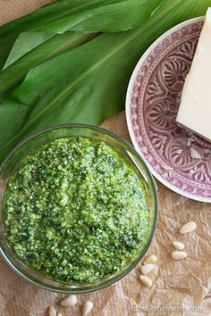 Medvehagyma pesto - a bazsalikom és a fokhagyma helyett medvehagymából készítve #medvehagyma #pesto Healthy Cooking, Healthy Eating, Wild Garlic, Palak Paneer, Pesto, Food Porn, Food And Drink, Meals, Ethnic Recipes