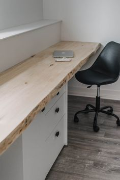 This DIY wall to wall desk is a simple build thanks to ready to use live edge pi.Thanks livisser for this post.This DIY wall to wall desk is a simple build thanks to ready to use live edge pieces of wood- I'm also sharing how I clean bark o# Build Pallet Furniture Plans, Pallet Furniture Designs, Woodworking Furniture, Woodworking Plans, Simple Furniture, Inexpensive Furniture, Furniture Making, Diy Furniture, Furniture Projects