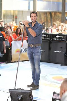 Luke Bryan Photos - Country singer Luke Bryan performs at on the 'Today' show in New York City on August 16, 2013. - Luke Bryan Performs in NYC